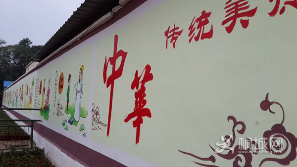 一幅幅美轮美奂的国画、卡通画与一句句蕴含深刻的经典语录呈现在总计长达近五十米的两方白色的墙体上,精美、醒目而又古朴、典雅,图文并茂,形色兼备,艺术特色鲜明,文化气息浓厚,让国学经典从书本走向墙壁,让中华美德变得具体可感。绘制完成的文化墙,吸引了众多师生、家长、村民和行人的驻足观看,前来参观的人也络绎不绝,赢得各方人士的交口称赞。文化墙,成了石南初中的又一新亮点。