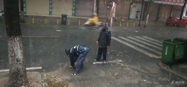 桐城市政公司迅速行动清疏助排